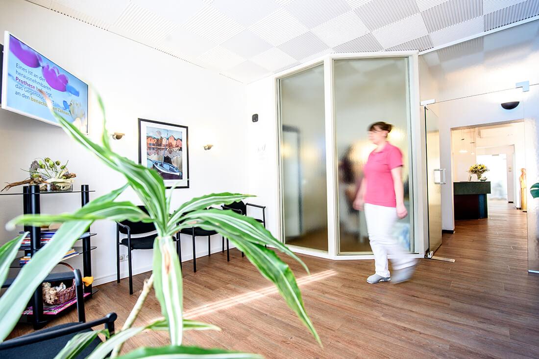 Zahnarzt Remscheid - Waldau - Empfang in Wartezimmer in der Praxis